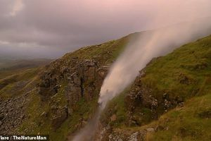 Clip: Kinh ngạc sức gió 130km/h thổi thác nước chảy ngược lên trời