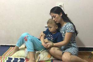 Người mẹ đơn thân bật khóc khi con trai 8 tuổi bị ung thư máu đòi được đến trường