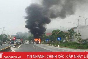 Tai nạn kép, xe khách 16 chỗ bốc cháy trơ khung
