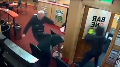 Cụ ông 85 tuổi liều mình chống trả 3 tên cướp liều lĩnh ở Ireland