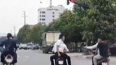Clip: Phẫn nộ hình ảnh nhóm thanh niên đầu trần phóng xe lạng lách trên đại lộ