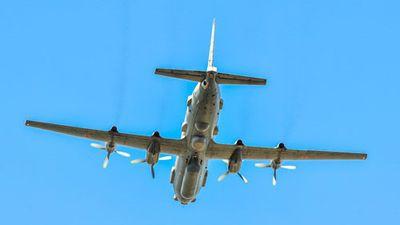 Mảnh vỡ máy bay và thi thể tổ bay IL-20 đang được đưa lên tàu Nga