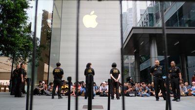 Nhiều người VN xếp hàng trước một ngày ở Singapore chờ mua iPhone mới