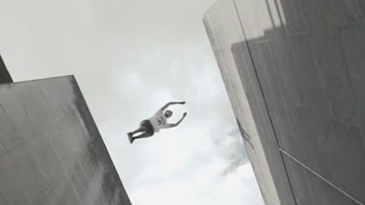 Pha nhào lộn trên tòa nhà cao tầng khiến người xem rợn người