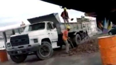 Hai công nhân gây 'bão mạng' vì hành động khó tin