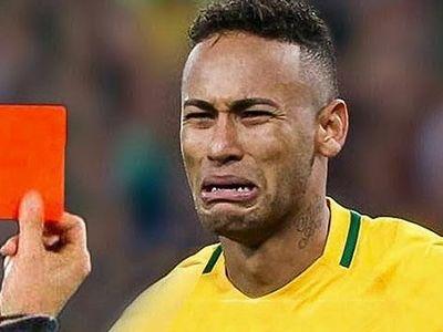 Những tấm thẻ đỏ thường xuyên mang tới những phản ứng bất ngờ từ các ngôi sao bóng đá.