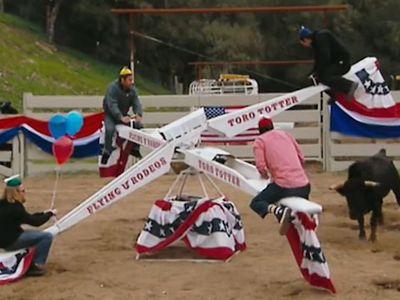 Chú bò tót chạy quanh cái bập bênh để húc tung những người đàn ông. Người chơi 'bám trụ' lâu nhất trên chiếc bập bênh sẽ là người chiến thắng của trò chơi.