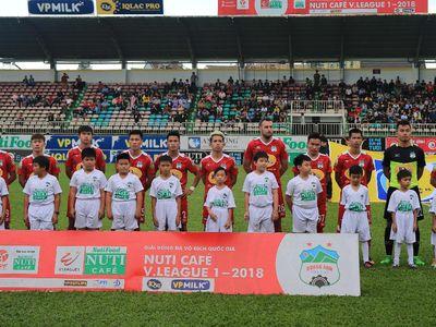 'Cánh tay phải' của bầu Đức – Trưởng đoàn bóng đá HAGL Nguyễn Tấn Anh cho rằng, đội bóng phố Núi đang tự làm mình suy yếu chứ không phải đối thủ quá mạnh.