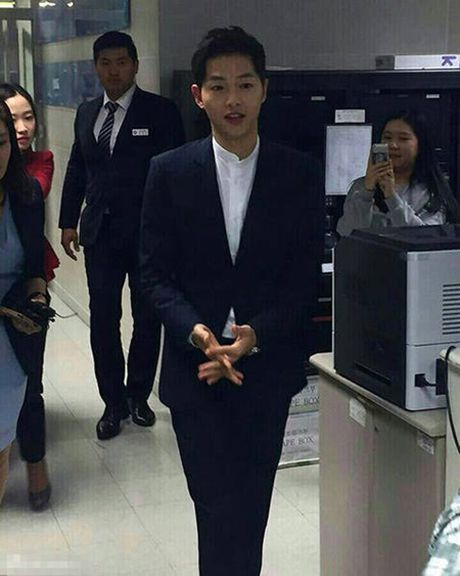 Song Joong Ki noi ve tin don hen ho Song Hye Kyo tren kenh thoi su - Anh 2