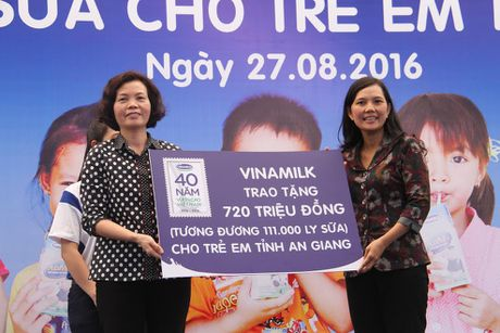 Trao tang 111.000 ly sua cho tre em An Giang - Anh 1