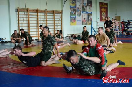 Muc kich Trung Quoc-Belarus dien tap chong khung bo - Anh 5