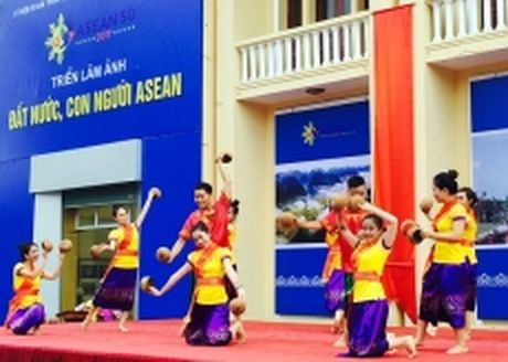 Khai mac trien lam anh 'Dat nuoc, con nguoi ASEAN' - Anh 1