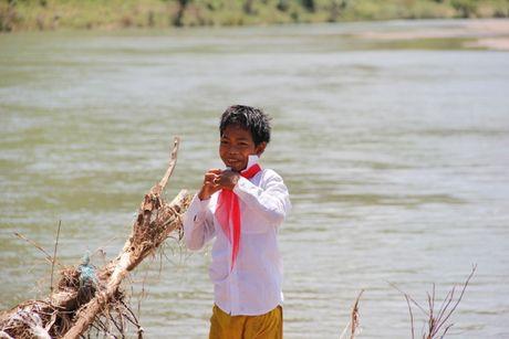 Quang Tri: Bat chap hiem nguy, hoc sinh loi song ngap co den truong - Anh 15
