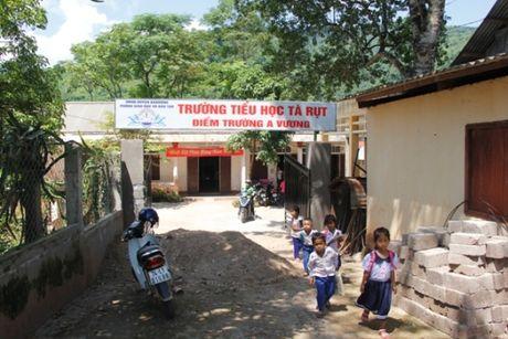 Quang Tri: Bat chap hiem nguy, hoc sinh loi song ngap co den truong - Anh 1