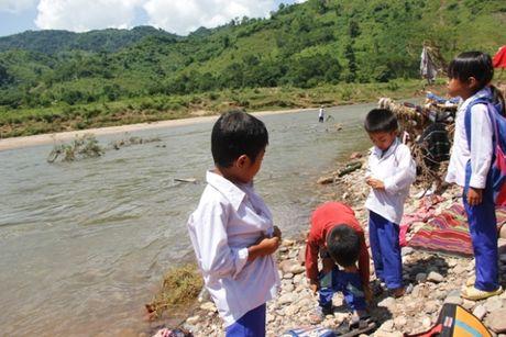 Quang Tri: Bat chap hiem nguy, hoc sinh loi song ngap co den truong - Anh 3