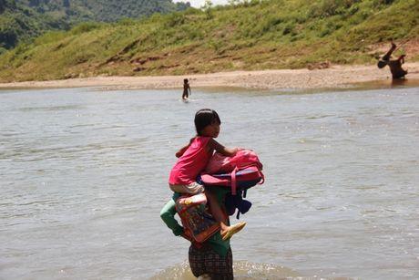Quang Tri: Bat chap hiem nguy, hoc sinh loi song ngap co den truong - Anh 6