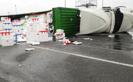 Nguoi dan giup tai xe container gom 20 tan hoa qua do ra duong - Anh 3