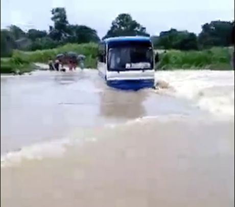 Hai hung xe buyt cho 47 hoc sinh chet may giua dong nuoc lu - Anh 1