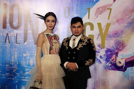 Hoa hau chuyen gioi Lao sang Viet Nam trinh dien thoi trang - Anh 3